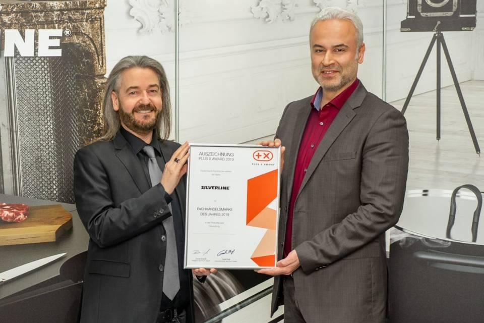 Donat Brandt (l.), Präsident des Plux X Award überreicht die Auszeichnung an Murat Arslan.