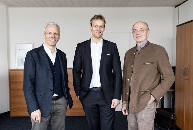 Robert Drosdek (M.) freut sich auf die Arbeit seiner neuen Speerspitze mit Rüdiger Plep (l.) und Uwe Offer (r.).