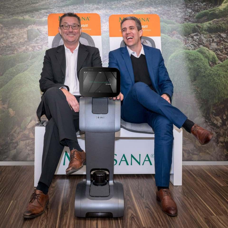 """Sind hellauf begeistert vom Roboter """"temi"""": Medisana-Geschäftsführer Marco Getz (li.) und Yossi Wolf, Spiritus Rector von """"temi""""."""
