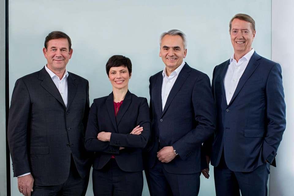 Wechselkursschwankungen und volatile Märkte beeinflussten das Konzernergebnis, das der Vorstand der BSH Hausgeräte Mitte April in München vorstellte. (v.l.n.r.) Dr. Karsten Ottenberg (CEO), Silke Maurer (COO), Matthias Ginthum (CMO) und Johannes Närger (CFO).