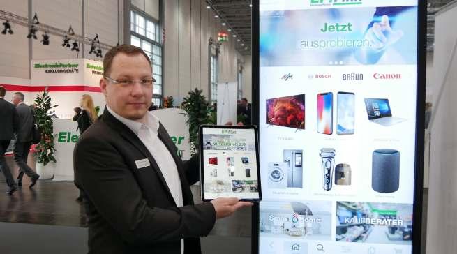 Qualitätsoffensive für die verlängerte Ladentheke: das Virtual Shelf 2.0. Wie es auch mobil per iPad eingesetzt werden kann, demonstrierte Robert Sammüller, Projektleiter eCommerce und digitale Medien.