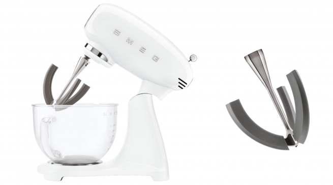Bei den Details der Smeg-Küchenmaschinen SMF03 und SMF13 wurde an alles gedacht: Edelstahl-Quirl mit flexiblen Rührkanten.