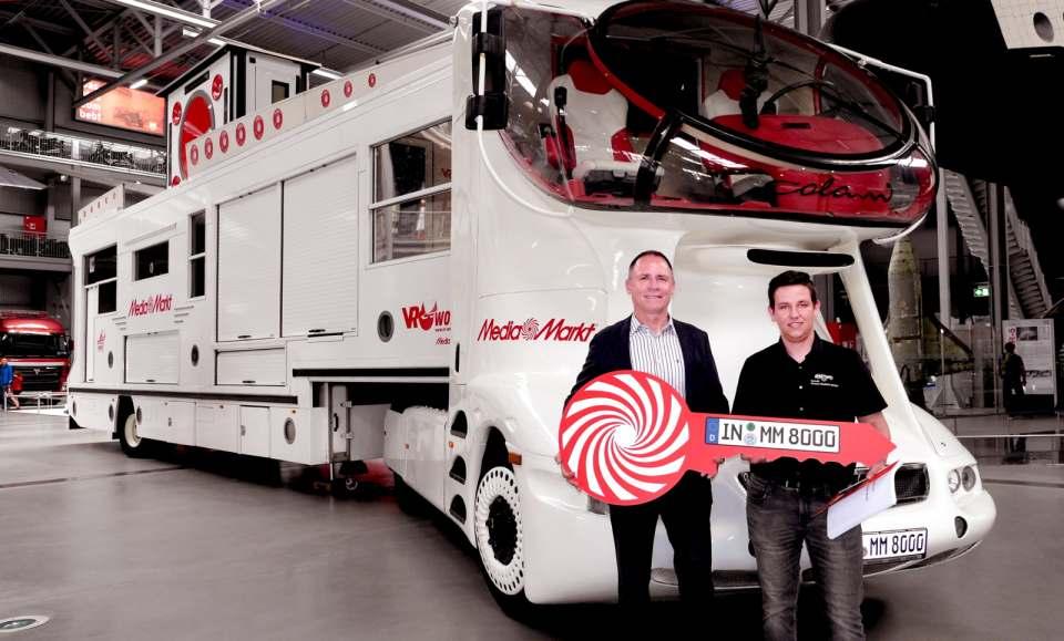 Übergabe des Trucks: Günter Grimm (l.), Regionalmanager von MediaMarkt, und Michael Stiller, Exponatsverwalter des Technik Museums.