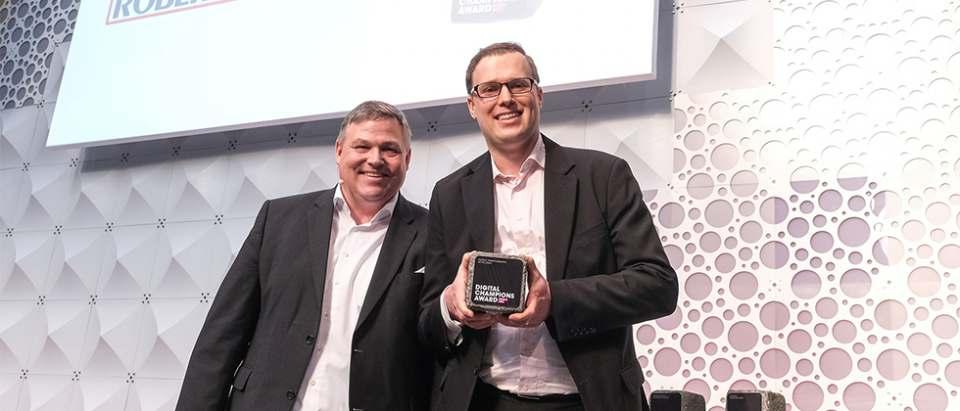 Freut sich über die Auszeichnung: Thomas-Innovationsmanager Vladimir Sizikov (r.).