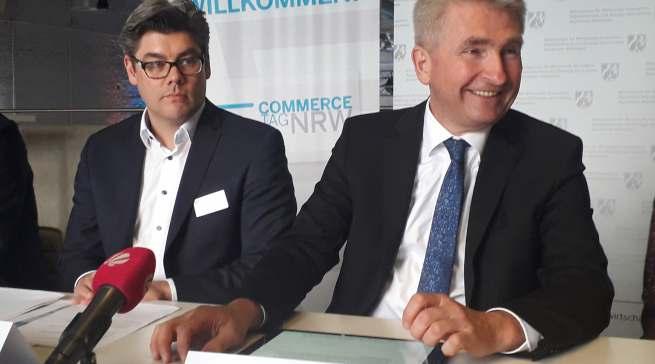 Borris Hedde (IFH) und Wirtschaftsminister Pinkwart (v.l.) stellten die Studie zu den Handelsszenarien 2030 vor.