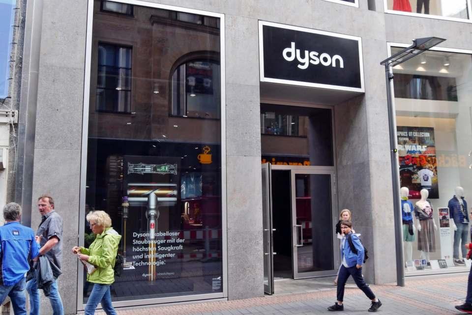 Fast ein Understatement: Der Eingang des Dyson Demo Store in Köln.