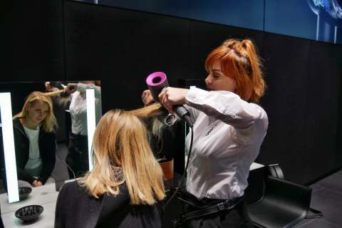 An der Stylingbar wird professionelles Haarstyling demonstriert.