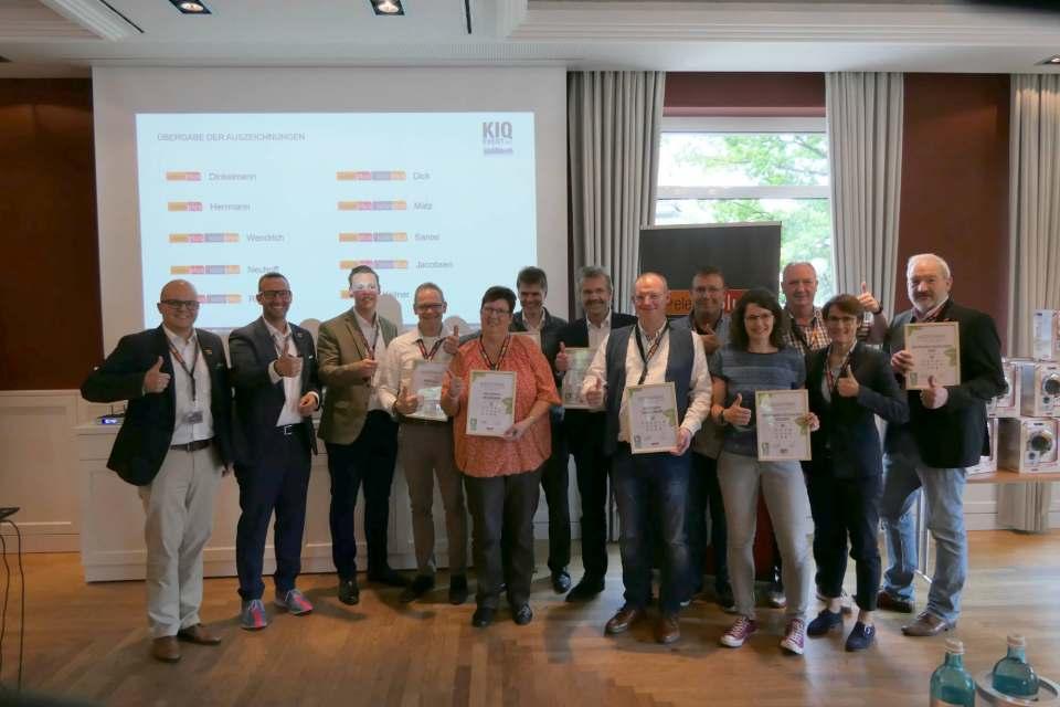 Übergabe der Nachhaltigkeits-Auszeichnungen an die Händler von electroplus und küchenplus.
