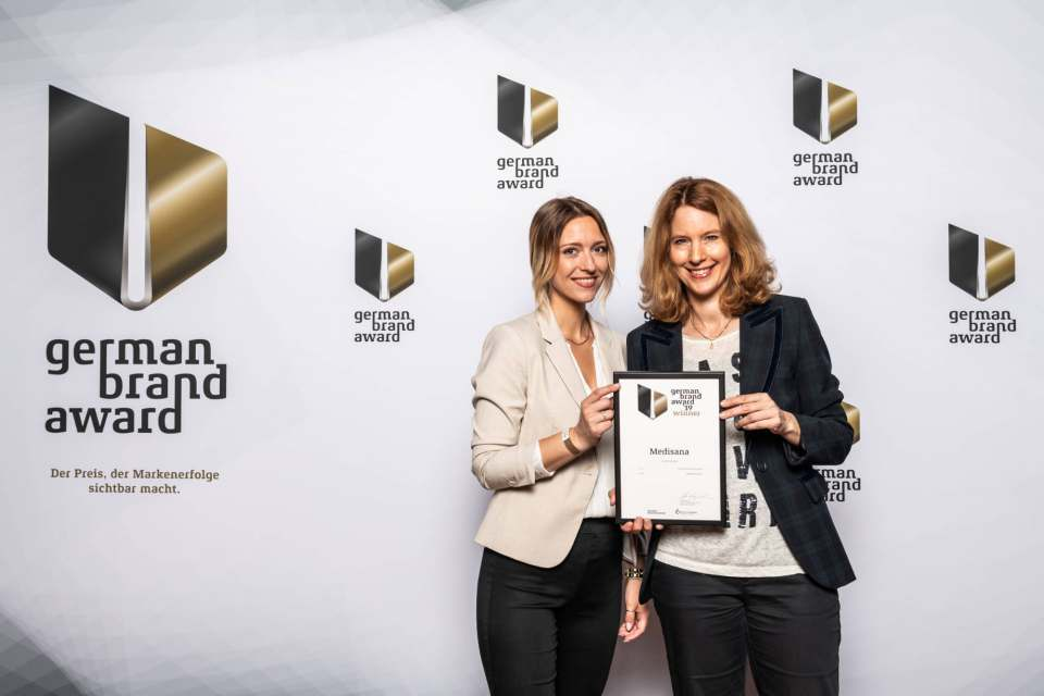 Anja Schimmelpfennig (r.), Direktorin Marketing bei Medisana, und Marketing Managerin Ricarda Domnik haben in Berlin den German Brand Award 2019 entgegengenommen. Foto: Lutz Sternstein