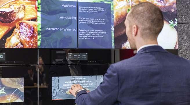 An der Oven Wall erhalten Kunden Produktinformationen auf in den Ofen integrierten Displays sowie über eine großformatige Screen-Wall.