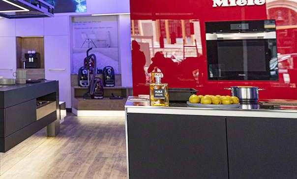 Xplace hat das Digital Signage-Gesamtkonzept im Miele Experience Center Amsterdam als zentrales Element des neuen Store-Formats installiert.