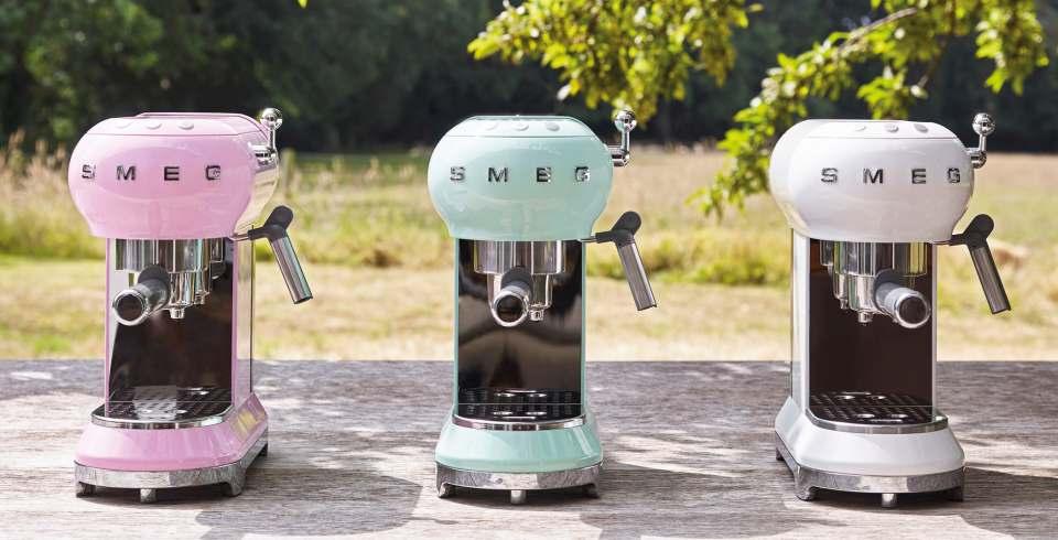Smeg Espressomaschine ECF01PKEU mit neuen Farben.