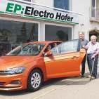 Waschmaschine gekauft und Auto gewonnen: Joachim Sobotta (Sohn des Gewinners), Thomas Hofer (Geschäftsführer EP:Electro Hofer), Manfred Sobotta (Gewinner).