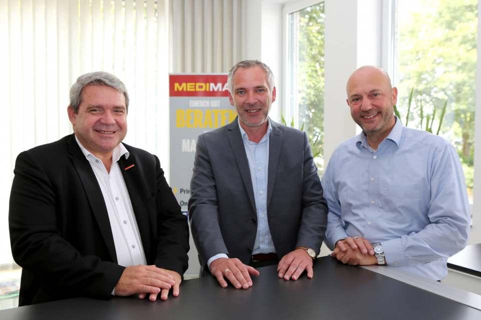 Friedrich Sobol (l.), Vorstand ElectronicPartner, begrüßte Frank Jagielski (M) und André Alonzo (r) zur Vertragsunterzeichnung in Düsseldorf.