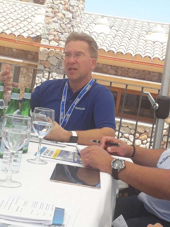 Euronics Vorstandssprecher Benedict Kober im Dialog mit der Presse.