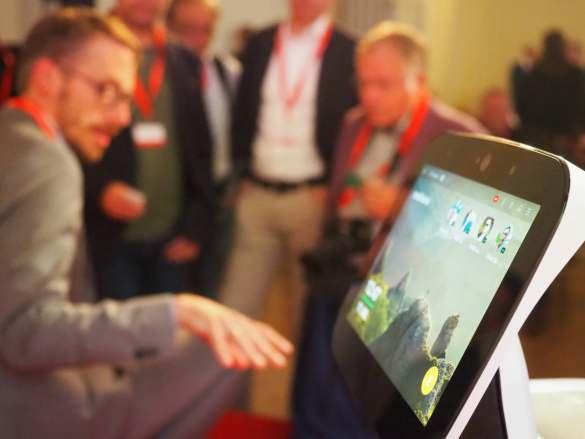 """Hatte wohl mit die meiste Aufmerksamkeit: Ulrich Schulze Althoff, CDO Medisana, mit dem Home Care Robot """"Temi""""."""