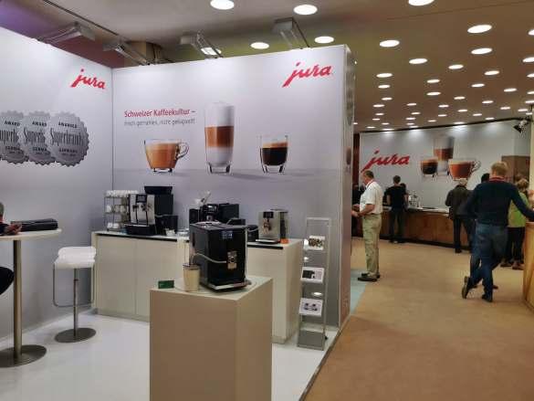 Bei Jura zog der Kaffee-Vollautomaten ENA8 in Full Metropolitan Black und in Massive Aluminium die Blicke auf sich.
