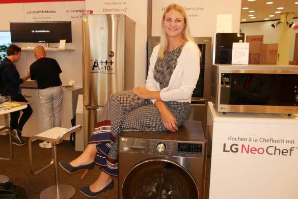 In bester Stimmung am LG Stand: Hausgeräte-Productmanagerin Olivia Wintermeyer.