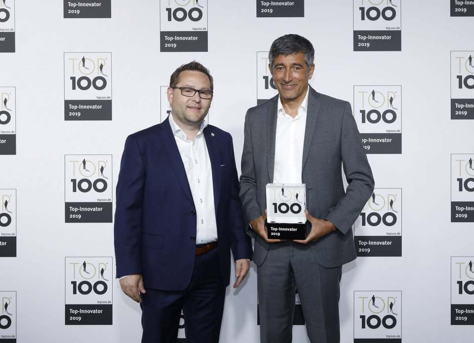 Severin Geschäftsführer Christian Strebl (l.) nahm den Preis aus den Händen von Ranga Yogeshwar entgegen. Foto: KD Busch / compamedia