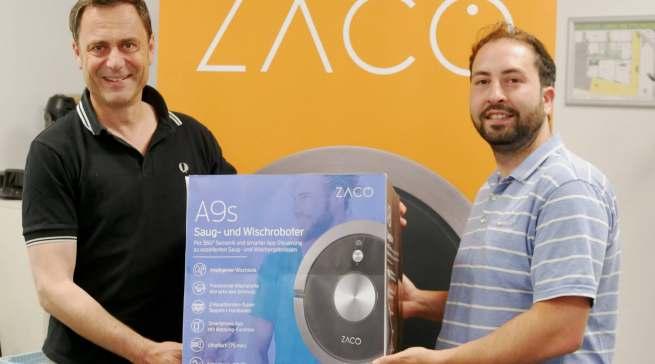 Geschäftsführer Oktay Bal (re.) und Marketingleiter Rainer Pfuhler wollen mit der Marke ZACO im Markt der Saugroboter kräftig mitmischen.