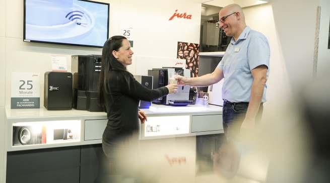 Gefragt sind die hybriden Verkäufer: Wer ein Experte bei Kaffee-Vollautomaten ist, kennt sich auch bei TV oder Handyverträgen aus.