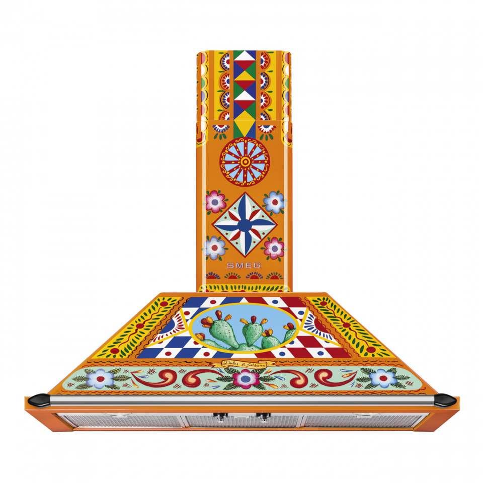 """Mehr als nur ein """"Hingucker"""": die Smeg Haube KT90DGC (Dekor """"Carretto"""") aus der Gerätefamilie """"Divina Cucina"""" im Design von Dolce & Gabbana."""