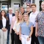 EP-Vorstand Karl Trautmann (4.v.l.) und Timo Stockem (2.v.l., Leiter Personal) begrüßten die Auszubildenden in Düsseldorf.