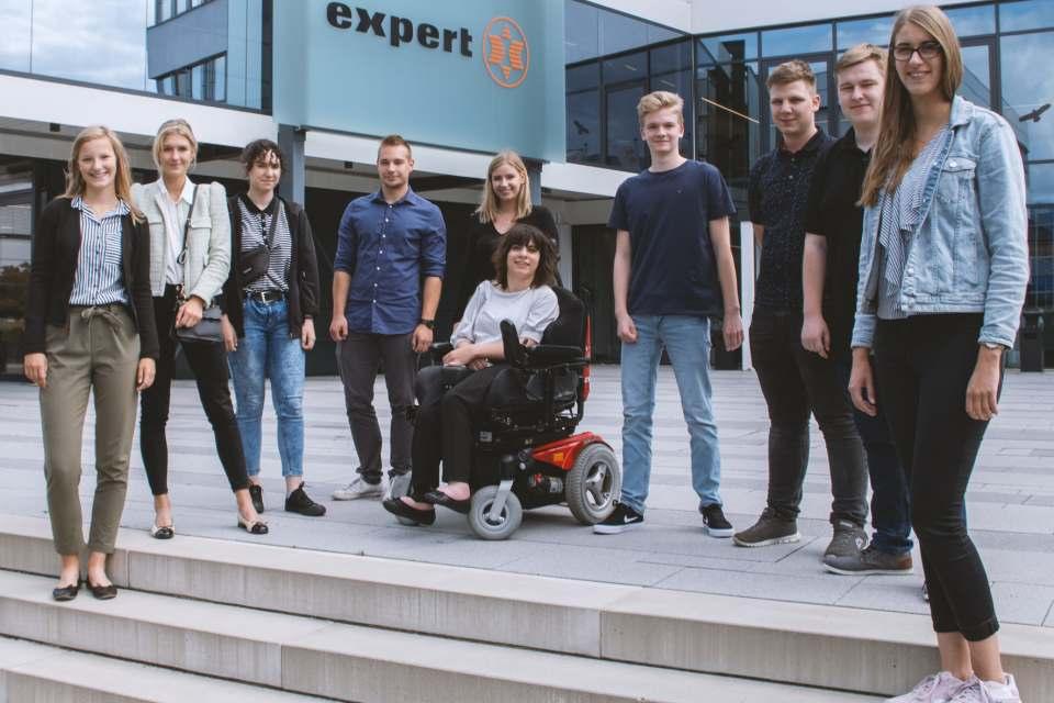 Ausbildungsstart bei expert: Auszubildende und Studenten des Jahrgangs 2019.