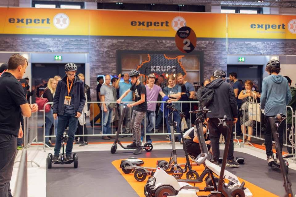 Highlight auf dem expert-Messestand: Besucher probieren aktuelle Produkte aus dem E-Mobilität-Sortiment aus.