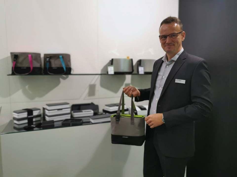 Pfiffige Idee: Achim Cloer ist für den Gang ins Büro bestens mit einem Frischhaltesystem ausgestattet.