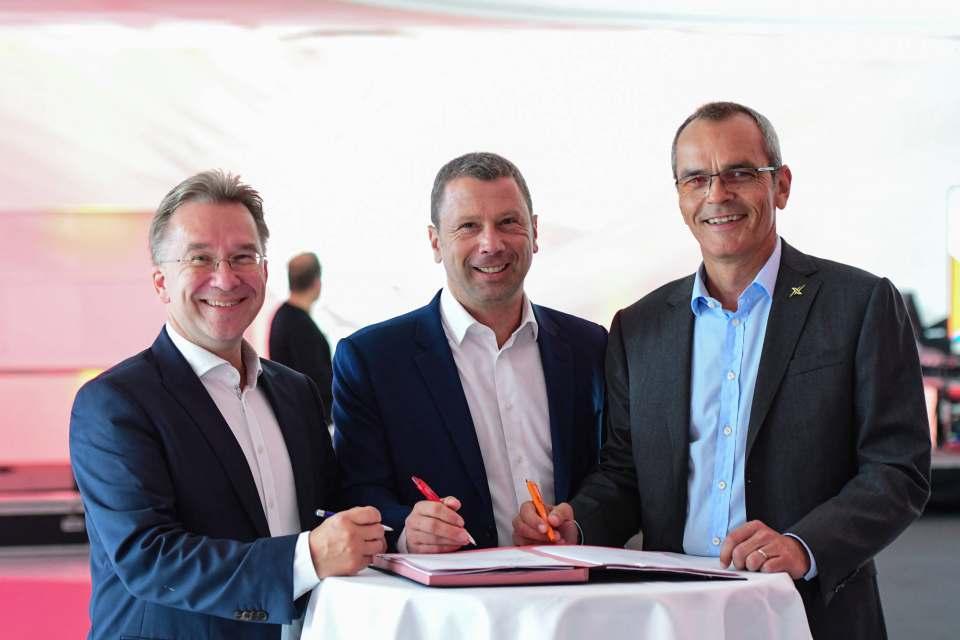 Die Tinte für die Kooperationsmesse ist trocken (v.l.): Benedict Kober, Jens Heithecker und Dr. Stefan Müller.
