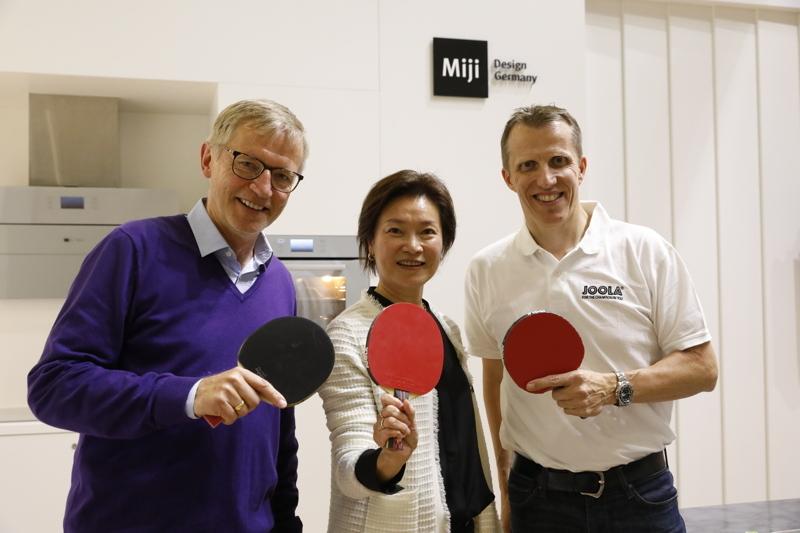 Werben für eine gesunde Ernährung und gemeinsame Zeit für die Familie (v.li.): ZDF-Sportmoderator Norbert König, Miji-Gründerin Can Yue Maeck und Tischtennisbundestrainer Jörg Roßkopf.
