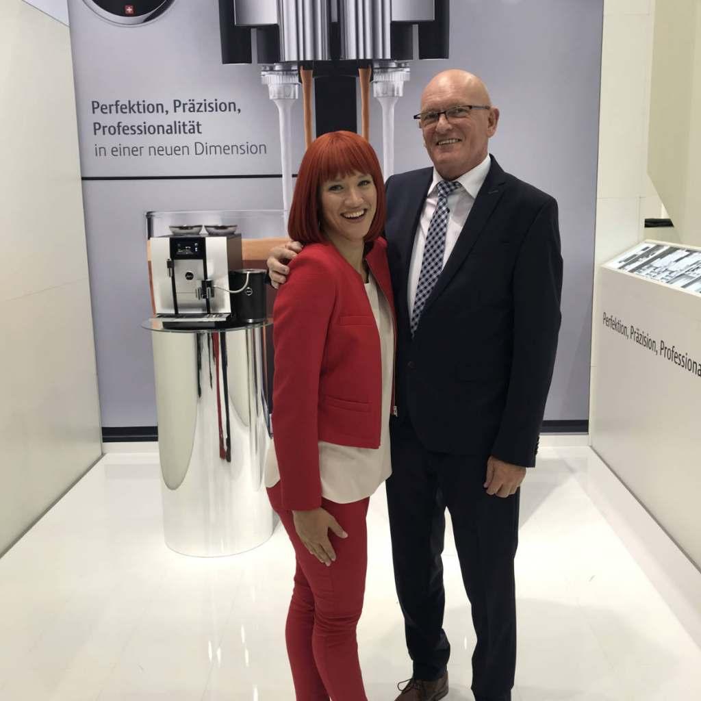Substanzielle Gespräche, sehr gute Umsätze: ProBusiness-Vorsitzender Berthold Niehoff strahlte mit Miss IFA um die Wette.