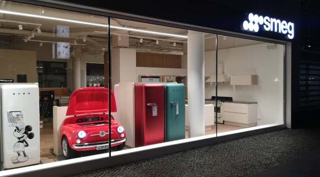 Auch am Abend ist der neue Flagshipstore von Smeg ein Blickfang.