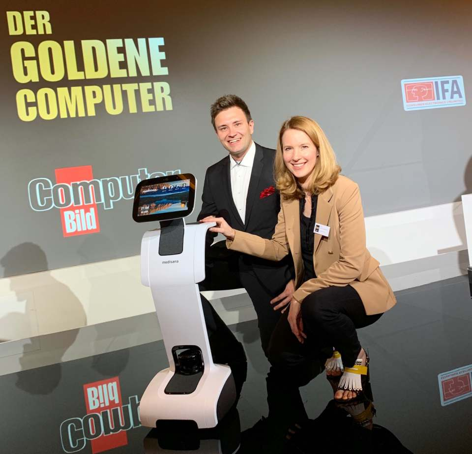 Präsentieren den neuen medisana Home Care Robot: André Lehnen, Projektmanager new Business Areas, und medisana Marketing-Direktorin Anja Schimmelpfennig.