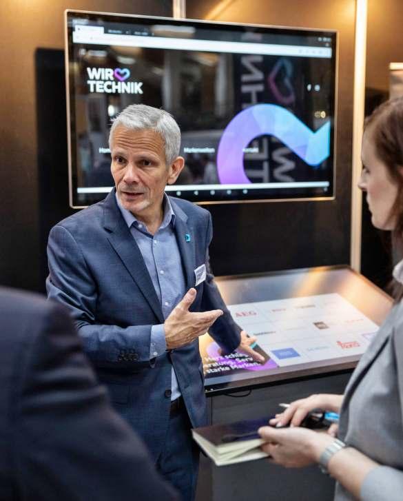 """Rüdiger Plep präsentierte einen """"Magic-Table"""", auf dem Produkte als verlängerte Ladentheke virtuell vorgestellt werden können. Foto: Brömmelhaupt"""