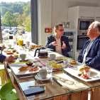 Arbeitsfrühstück mit infoboard.de in der Kreativ-Kochwerkstatt des Markenerlebniszentrums (v.l.) Sascha Steinberg, Christian Strebl und Matthias M. Machan, Leitender Redakteur infoboard.de.