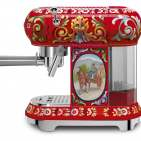 Smeg Espressomaschine Dolce & Gabbana verarbeitet gemahlene Bohnen und Kaffee-Pads.