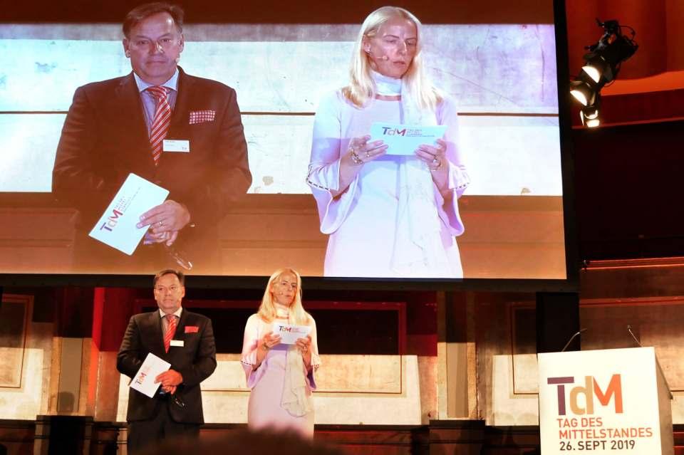 """Prokuristin Sandra Kinder und der Geschäftsführende Gesellschafter und Herausgeber des 'markt intern' Verlages Olaf Weber begrüßten die Gäste zum """"Tag des Mittelstandes"""" im Rheingoldsaal zu Düsseldorf."""