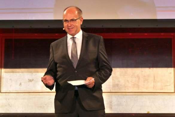 """René Efler, Chefredakteur markt intern Elektro-Fachhandel, bei seiner Anmoderation zum Thema """"Flexible Arbeitsmodelle."""""""