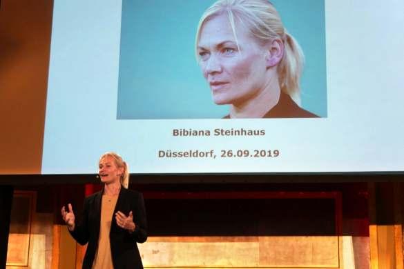 Bundesliga-Schiedsrichterin Bibiana Steinhaus hatte ihr Publikum in der Düsseldorfer Rheingoldhalle voll im Griff.