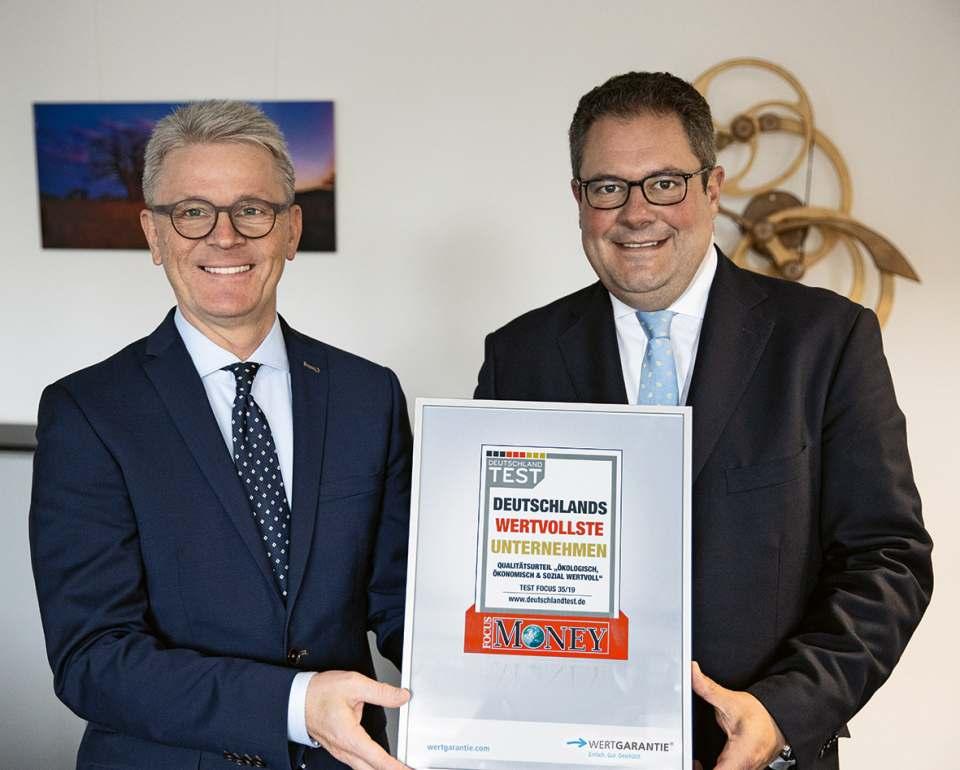 Die Wertgarantie-Vorstandskollegen Konrad Lehmann (links) und Patrick Döring präsentieren die Auszeichnung. Foto: Wertgarantie