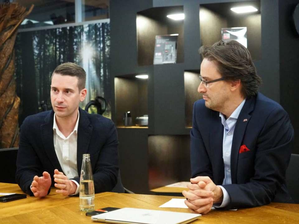 AEG im Branchen-Dialog mit infoboard.de: Martin Runschke (l.) und Michael Geisler. Fotos: Gabriel Wagner