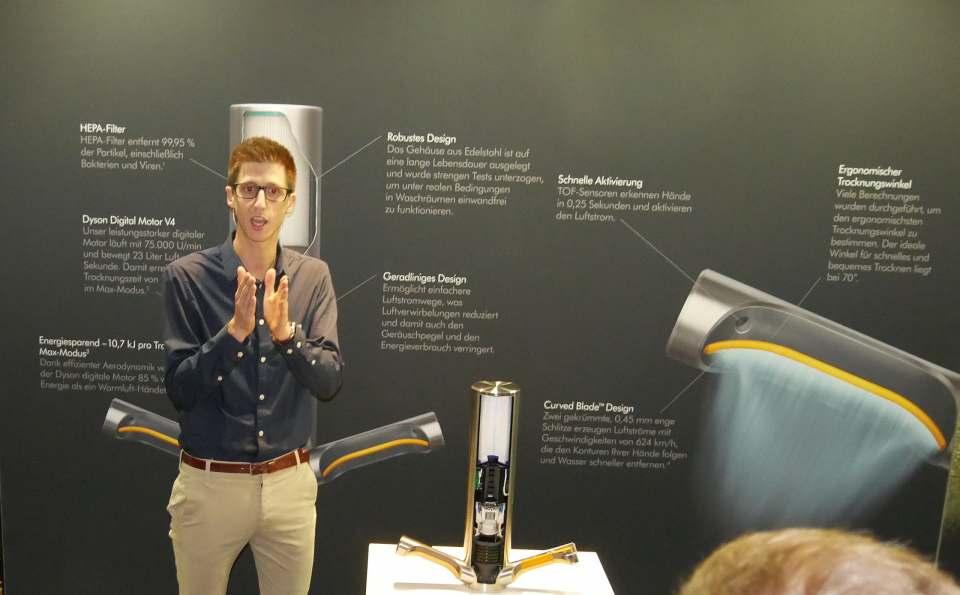 Aerodynamiker Stefan Koch erläuterte der Presse in Düsseldorf den neuen Dyson Händetrockner.