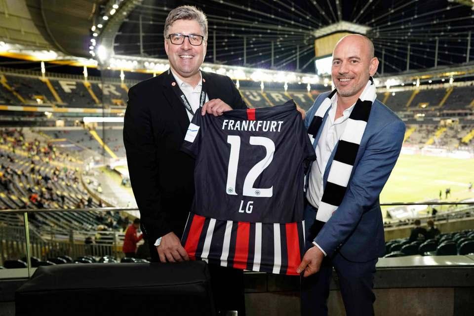 Auch ein Rücken kann entzücken: LG sponsort ab sofort die Frankfurter Eintracht in der Fußball Bundesliga.