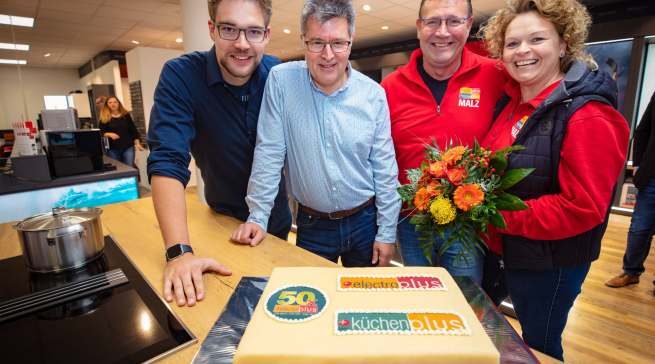Freuen sich über die Jubiläumstorte (v. l.): Marcel Malz, Filialleiter Rainer Busekrus, Joachim Malz und Sylke Hopfe-Malz.
