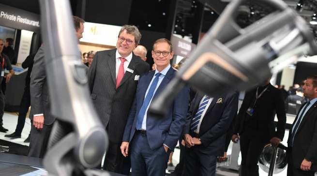 IFA 2019: Miele Geschäftsführer Dr. Reinhard Zinkann (l.) und Michael Müller, Regierender Bürgermeister von Berlin.