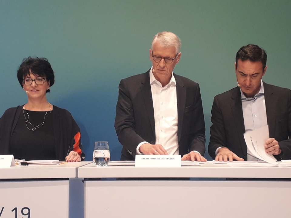 Zogen gestern in Düsseldorf Bilanz (v.l.): CFO Karin Sonnenmoser, CEO Dr. Bernhard Düttmann und Ferran Reverter, CEO der Media-Saturn-Holding. Fotos: Machan, MMS
