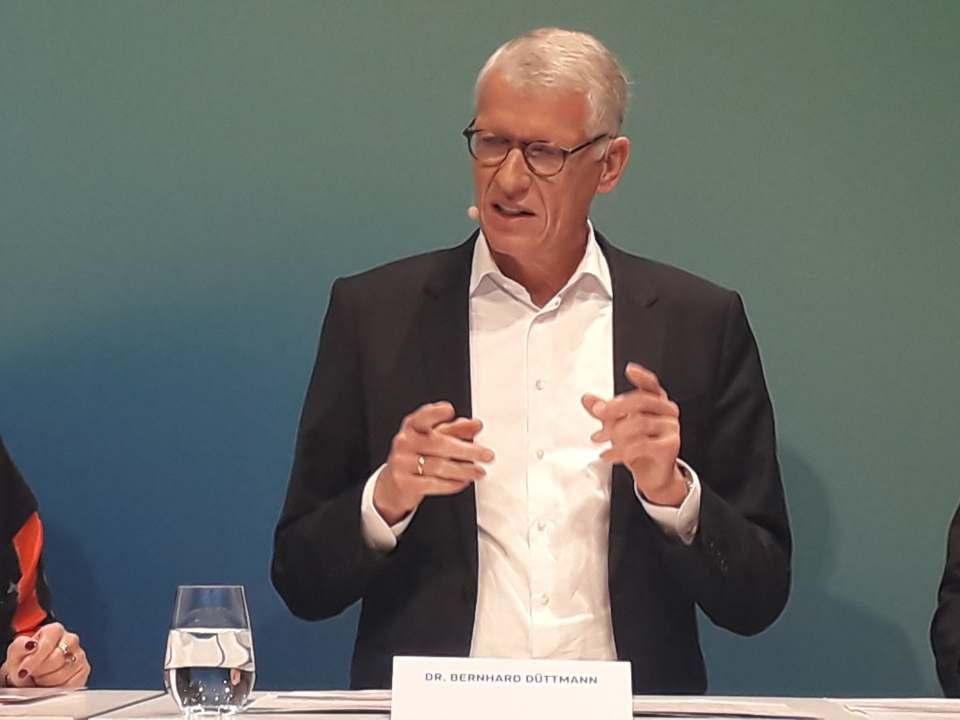"""""""Wir wollen die erste Wahl unserer Kunden sein. Dafür müssen wir nicht nur besser sein als die Konkurrenz, sondern auch viel besser, als wir es heute sind"""", Dr. Bernhard Düttmann."""