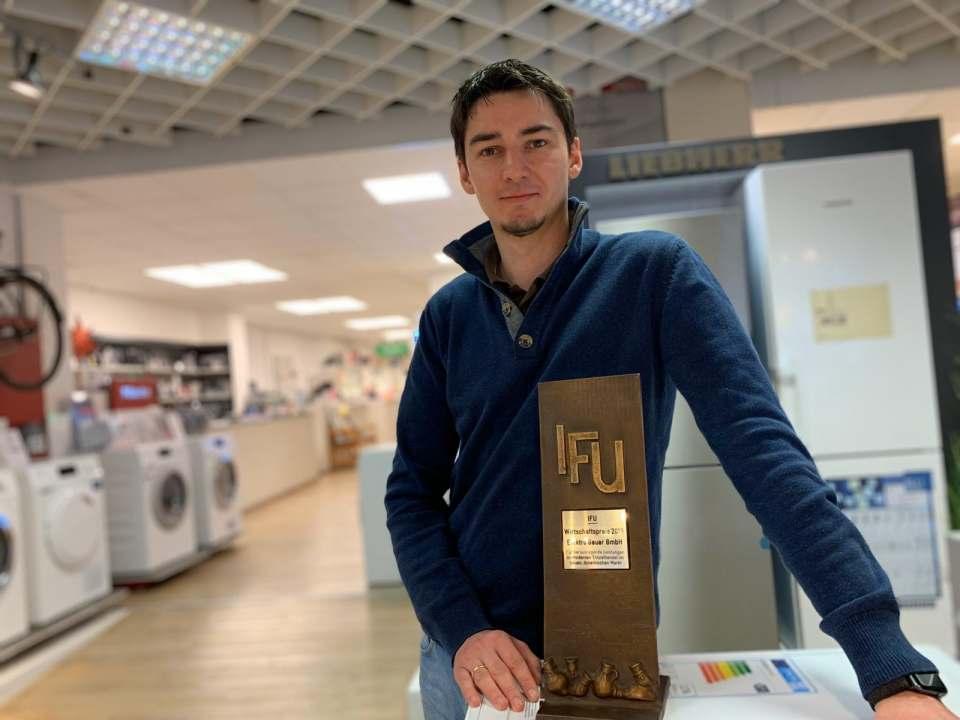 Niklas Geuer freut sich über die Auszeichnung mit dem Wirtschaftspreis in Frechen.